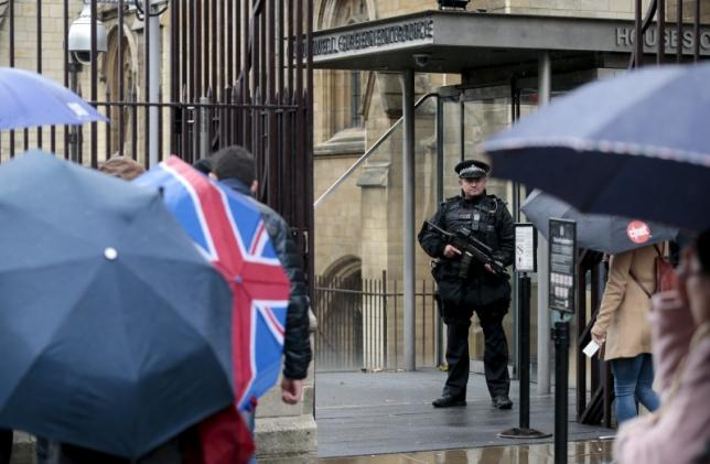 Police guard the Houses of Parliament in London, Britain November 14, 2015, in a show of heightened security following the attacks on Paris. REUTERS/Suzanne Plunkett