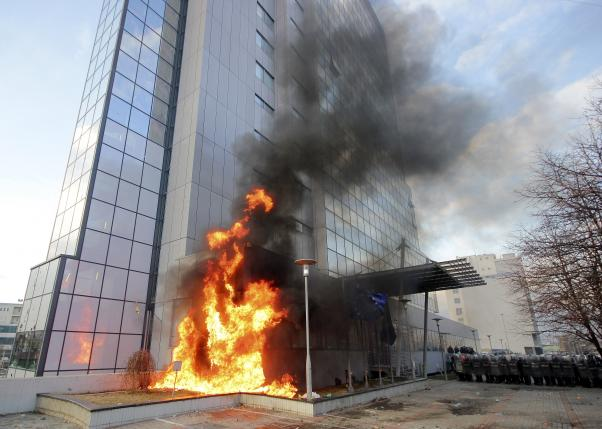 A Kosovo government building is set on fire by protesters during clashes in Pristina, Kosovo January 9, 2016. REUTERS/Agron Beqiri