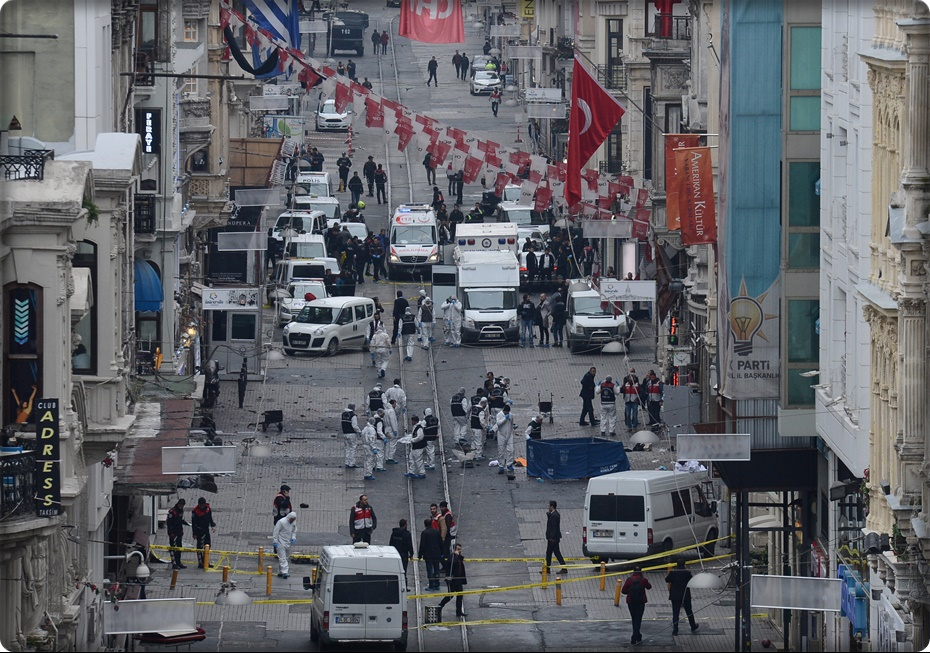 Turkish police, forensics and emergency services work on the scene of an explosion on the pedestrian Istiklal avenue in Istanbul on March 19, 2016. Four people, including the bomber, were killed and twenty others injured in a suicide attack on a major shopping street in Istanbul on Saturday, the city governor reported. / AFP / Bulent KILIC