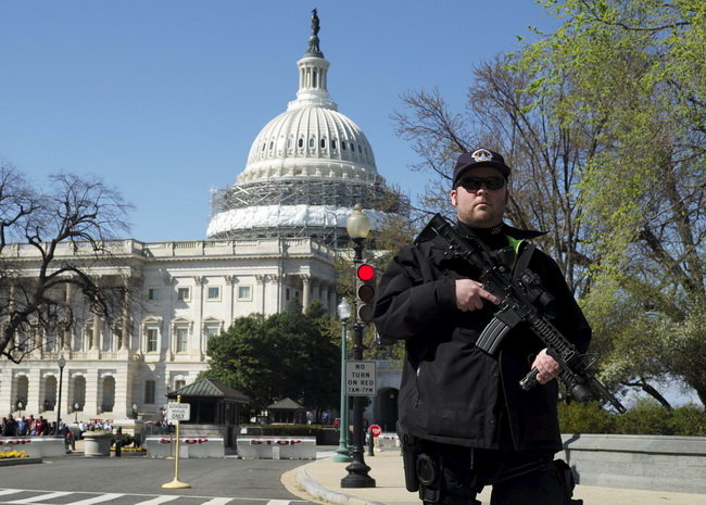 A U.S. Capitol police officer guards the perimeter in front of the U.S. Capitol Building after a shooting at the U.S. Capitol Visitors Center in Washington March 28, 2016. REUTERS/Joshua Roberts TPX IMAGES OF THE DAY