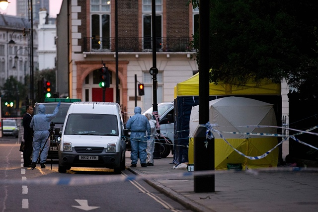 TOPSHOT - Police forensic officers work in Russell Square in London early on August 4, 2016, after a woman in her 60s was killed during a knife attack. The woman was killed and five people injured in a knife attack in central London late on August 3 which police said they are investigating for possible terrorist links. / AFP PHOTO / JUSTIN TALLIS